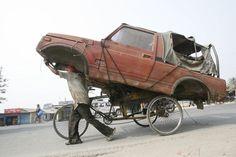 Non curanti dei limiti di peso dei loro veicoli, questi spericolati ma abilissimi autisti hanno sovraccaricato i loro mezzi fino all'inverosimile. Che si tratti di camion, auto, scooter, biciclette…