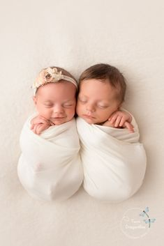 Newborn Photography - Excellent Ways For The Greatest Through Your Photography Twin Babies Pictures, Newborn Twin Photos, Newborn Twin Photography, Funny Baby Photography, Foto Newborn, Cute Baby Pictures, Newborn Pictures, Twin Newborn, Photography Poses