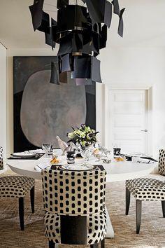 A graphic black & white dining room by Alberto Pinto.   design2share.com