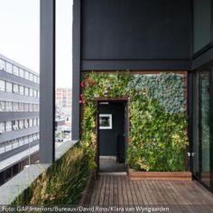Der vertikale Garten ist eine kreative und platzsparende Methode, einen Stadtbalkon zu begrünen. Eine echte Naturoase im Design-Stil.