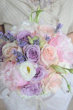Bouquet de roses roses et violettes
