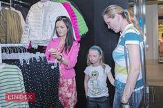 """Jarná kolekcia značky Lindex ponúka nádherné šaty pre malé i veľké dámy a oblečenie pre celú rodinu. """"Pani Katku bola naozaj radosť obliekať. Vysoká štíhla postava a jej ideálna súmerná konfekčná veľkosť umožnujú naozaj široký výber,"""" hovorí Mirka."""