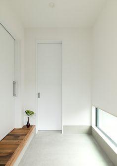 2階建ての吹抜けのある家・間取り(関東) | 注文住宅なら建築設計事務所 フリーダムアーキテクツデザイン Entrance Design, House Entrance, Muji Home, Small House Exteriors, Home Porch, Narrow House, Minimal Home, Japanese House, House Layouts