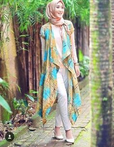Flattering and long kimono are utterly versatile and unique addition in Muslim fashion could be worn Modesty Fashion, Abaya Fashion, Fashion Dresses, Girl Fashion, Simple Dress Pattern, Dress Patterns, Islamic Fashion, Muslim Fashion, Modele Hijab