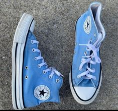 Light baby blue double tongue converse all star. Blue Converse Outfit, Converse All Star, Baby Blue Converse, Blue Converse Shoes, Dr Shoes, Swag Shoes, Hype Shoes, Blue Sneakers, Shoes Sneakers