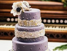 This is a lovely vintage feeling wedding cake. Gorgeous!