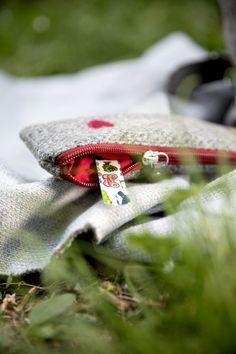 Kosmetiktasche aus 100% österreichischem Loden. 100% Merinowolle mit farbigen Details, wie personalisierbaren Monogrammen und farbigem Leder. Dieser Kosmetikbeutel ist ein tolles individuelles Weihnachtsgeschenk und eine Geschenkidee für Frauen und auch Männer. ----- Cosmetic bag made of 100% Austrian loden. 100% merino wool with coloured details such as personalisable monograms and coloured leather. This cosmetic bag is a great individual Christmas gift for women and also for men. Moderne Outfits, Bracelets, Rings, Red, Jewelry, Gifts For Women, Baby Favors, Moonlight, Gift Ideas For Women