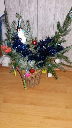 kerststuk met takken uit eigen tuin en zoutdeeg hangers zelf gemaakt
