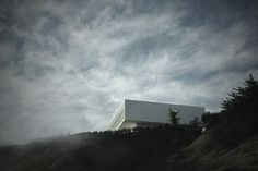 Completed in 2016 in Maitencillo, Chile. Images by Pablo Casals - Aguirre. The AV house is located in a steep slope. It is an uneven terrain next to a gorge that looks to the south, and it does not face the sea at the east....
