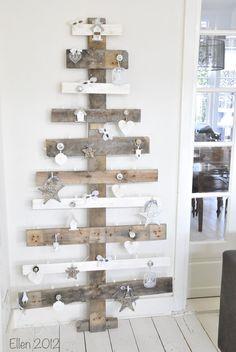 Zelfgemaakte kerstboom van pallethout! Soooo cute!!! Made by Ellen 2012