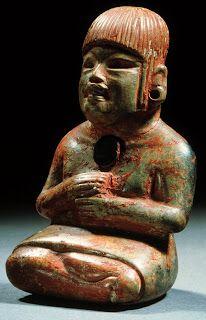 Excepcional figura antropomorfa femenina sedente de estilo claramente olmeca, de barro policroma, profusa en detalles en la expresión facial y corporal y, excepcional  en el arte olmeca, se muestra con cabello. Culturas del Golfo, Período Preclásico o formativo mesoamericano. 2500- 100  A.de C. Tabasco, México. mcba.