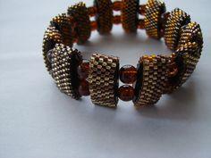 Dieses Armband ist eine Seite Braun/Gold und eine Seite braun/orange (Wendearmband) mit Gummi