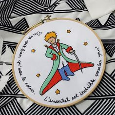 Quadro bastidor Petit Prince Shirt Embroidery, Learn Embroidery, Embroidery For Beginners, Embroidery Hoop Art, Cross Stitch Embroidery, Embroidery Patterns, Cross Stitch Patterns, Machine Embroidery, Bargello Patterns