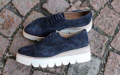 Utrolig fin sko fra Laura Bellariva i blå nubuk skinn med hvitplatå såle og snøring. En av vårens absolutte favoritter.