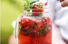 Tilføj en god portion friske jordbær til den klassiske mojito-opskrift, og voila: Så har du den ultimative sommerdrink.