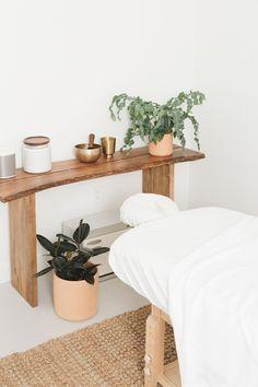 Katie Gebhardt opts for simplicity at Leo Nail Salon in San Diego Massage Room Design, Massage Room Decor, Massage Therapy Rooms, Spa Room Decor, Beauty Room Decor, Spa Room Ideas Estheticians, Deco Spa, Spa Interior Design, Esthetics Room