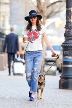 Dakota Johnson out for a walk with Zepp in NY - 12 April 2015 Estilo Dakota Johnson, Dakota Johnson Street Style, Dakota Johnson Hair, Dakota Style, Dakota Mayi Johnson, Blue Jeans, Moda Outfits, Denim Overalls, Distressed Jeans