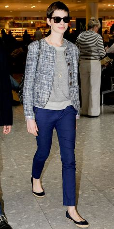Anne Hathaway - Look of the Day - InStyle - Hathaway touched down at Heathrow Airport in layered separates including a tweed Theyskens' Theory jacket, layered necklaces, slim trousers and black Tory Burch flats. Casual Chic, Polished Casual, Comfy Casual, Anne Hathaway Style, Gamine Style, Casual Outfits, Fashion Outfits, Tweed Jacket, Style Guides