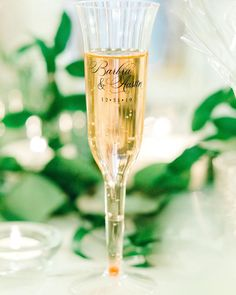 Copos personalizados para casamento | Como escolher o modelo Flute, Champagne, Tableware, Souvenir Ideas, Cool Ideas, Good Ideas, Wedding Cups, Champagne Flutes, Dinnerware