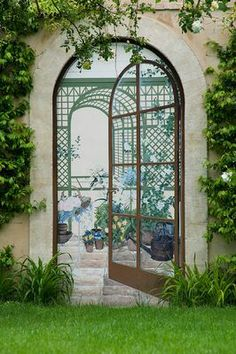 create a view w/ a mural or mirror & trellis (real or faux) -- Designer Dominique La fourcade, one of Provence's best-known Country Garden Designers -- Clive Nichols garden photography Garden Structures, Outdoor Structures, Backyard Retreat, Backyard Cabana, Bedroom Murals, Garden Gates, Pool Houses, Provence France, Provence Garden