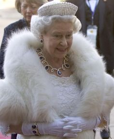 Royal Jewels of the World Message Board: Sheikh Rashid of Dubai gave the Queen this diamond and sapphire demi-parure when she visited during a Middle East tour in 1979 . is this really fur? Hm The Queen, Royal Queen, Her Majesty The Queen, English Royal Family, British Royal Families, Prinz Philip, Queen And Prince Phillip, Queen Hat, Isabel Ii