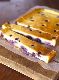 こくのあるチーズの風味と、甘酸っぱいブルーベリーが絶妙のコンビ。バットで焼くので、型いらずなのもうれしいところ。 Pastry Recipes, Sweets Recipes, Just Desserts, Chocolates, Recipe Filing, Different Cakes, Blueberry Recipes, Dessert Drinks, Cheesecake Recipes