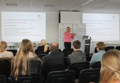 Studienberater Stefan Ostler bei der Einführungsveranstaltung.