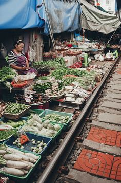 Train Market Bangkok. DISCOVERING BANGKOK IN 4 DAYS Find out the most photogenic spots in the capital of Thailand. Full article on my website: www.ireneferri.com . Travel inspo, Thailand, Tailandia, SEA, South East Asia, Asia, Bangkok, Wat Pho, Train Market, Flower Market, Irene Ferri, Photography tips.