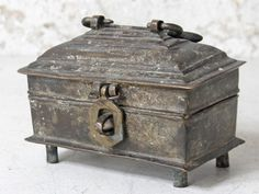 Antique solid brass jewellery box from Orissa, east India. The style is known as Dhokra metal casting and is the traditional craft of bell metal or brass. Earring Jewelry Box, Kids Jewelry Box, Large Jewelry Box, Musical Jewelry Box, White Jewelry Box, Wooden Jewelry Boxes, Jewellery Box, Faberge Jewelry, Money Jars