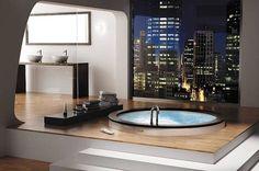 Išskirtinis vonios interjeras su įspūdinga vaizdo panorama.