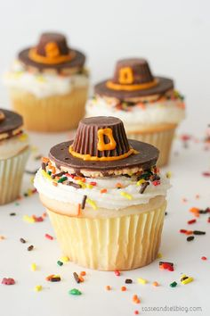 Cupcakes made with 3 eggs and oil instead of butter Pilgrim Hat Thanksgiving Cupcakes - white cupcakes with a classic buttercream are topped with an edible pilgrim hat - the perfect Thanksgiving cupcakes! Thanksgiving Cupcakes, Holiday Cupcakes, Thanksgiving Parties, Holiday Desserts, Holiday Baking, Holiday Treats, Holiday Recipes, Cupcakes Fall, Fall Dessert Recipes