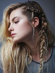 Et la grande tendance qui fait sensation sur la Toile c'est une toute nouvelle coiffure : Le Hair Rings ! Le principe ? Simplement déposer des bagues dans votre chevelure afin de la sublimer et de l'accessoiriser.