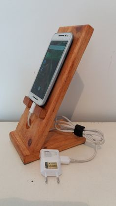 How To Have An Easy Woodworking Project When it comes to woodworking, there is a vast world to learn about. Diy Phone Stand, Wood Phone Stand, Diy Wood Projects, Furniture Projects, Diy Furniture, Easy Woodworking Projects, Woodworking Furniture, Wooden Phone Holder, Cell Phone Holder