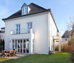 Elegante Doppelhaushälfte im Villenstil mit moderner lichter Architektur, Nymphenburg