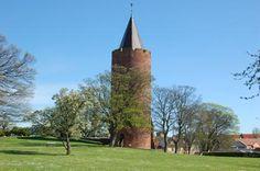 Goose Tower (Gåsetårnet) and spire at the castle ruins in Vordingborg, Denmark. Danish Flag, Kingdom Of Denmark, Castle Ruins, Odense, Cathedrals, Palaces, Wonders Of The World, Layout Design, Castles