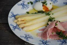 Klassieke asperges met ham, ei en botersaus