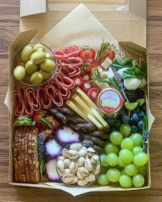 Charcuterie Gift Box, Charcuterie Recipes, Charcuterie And Cheese Board, Charcuterie Platter, Party Food Platters, Cheese Platters, Brunch, Crudite, Picnic Foods