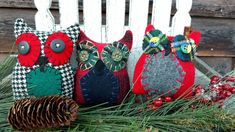 This little trio of primitive Hoot Owls can fill your bowls, baskets or can be set on a wreath or branch. Each is tall and wide, made of wool and vintage buttons. Primitive Pillows, Bowl Fillers, Vintage Buttons, Wool, Christmas Ornaments, Create, Holiday Decor, Ebay, Home Decor