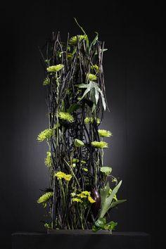 Parallel gestalteter Strauß mit Shamrock-Chrysanthemen in Mitsumata-Konstruktion