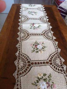 Caminho Crochet Quilt, Crochet Home, Hand Crochet, Crochet Borders, Crochet Squares, Crochet Patterns, Crochet Table Runner, Crochet Tablecloth, Hardanger Embroidery