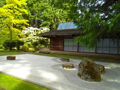 Here is a classic, beautiful zen garden. The way the patterns radiate from the elements in the garden really show a water-like look in the gravel. This is the quintessential zen garden. Indoor Zen Garden, Zen Rock Garden, Zen Garden Design, Japanese Garden Design, Garden Stones, Dream Garden, Tropical Garden, Japanese Maple Garden, Japanese Garden Landscape