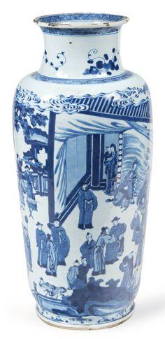 VASE de forme balustre en porcelaine blanche décorée en bleu sous couverte