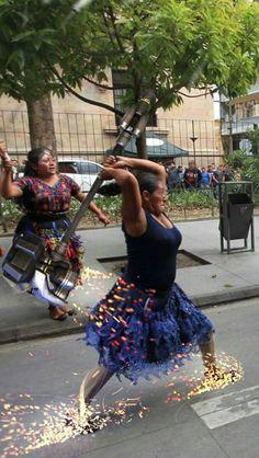 抗議時跟警方起衝突的超猛阿姨,不小心被網友「P成神話」了!(18張)% 照片