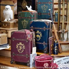 Pottery Barn Teen (PB Teen) sells Harry Potter luggage, based on the different Hogwarts houses: Gryffindor, Slytherin, Hufflepuff, and Ravenclaw. Party Harry Potter, Objet Harry Potter, Harry Potter Thema, Cumpleaños Harry Potter, Harry Potter Bedroom, Harry Potter Merchandise, Harry Potter Cosplay, Harry Potter Outfits, Harry Potter Birthday