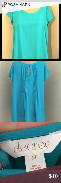 High/low hem short sleeve top Beautiful turquoise top with a high/low hem. The back detail with button and gathers adds that little extra during the spring and summer when you want your hair short or up in a messy bun. Offers are always considered and bundles are your bff ❤ Decree Tops Blouses