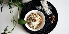 WALLNUSS RISOTTO*** Risotto ist ein mittlerweile weltbekanntes norditalienisches Reisgericht und wird meiner Meinung nach vom Schwierigkeitsgrad der Zubereitung oft überbewertet. Den Reis sämig, aber nicht zu weich zuzubereiten ist gar nicht so schwer. Meine liebste Variante ist die mit Wallnüssen, Lauch und Parmesan. Ich habe dieses Gericht aber auch schon ohne Parmesan und dafür mit mehr Gemüse gekocht, funktioniert auch und ist dann sogar vegan. ***