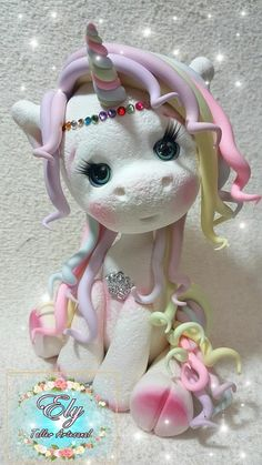 #unicornio #porcelain #fimocreations #porcelanafria #porcelanafrianicron #fimo #adornodetorta Polymer Clay Ornaments, Cute Polymer Clay, Polymer Clay Miniatures, Polymer Clay Crafts, Hello Kitty Birthday, Unicorn Birthday Parties, Unicorn Party, Paper Mache Clay, Clay Art