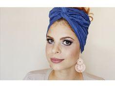 PORTUGUÊS: A nossa guru Sarah do canal Sarah Oliveira nos mostra 2 maneiras diferentes de como usar turbante! Este acessório está super na moda e combina com...