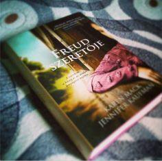 Mi volt Minna Bernays és Sigmund Freud titka? Ki volt ez a kivételes nő? Jennifer Kaufman és Karen Mack könyvéből Freud állítólagos szeretőjét ismerhetjük meg. A regény csak fikció, de számos bizonyíték van kettejük kapcsolatára.