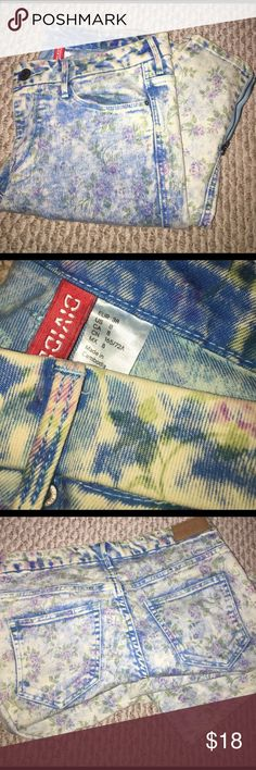 HM floral light blue stretchy jeans Zipper bottom floral jean ,,, great for spring / summer 🤗 light weight with a stretch feel so they are super comfortable. Mid rise . Worn a few times H&M Jeans Straight Leg